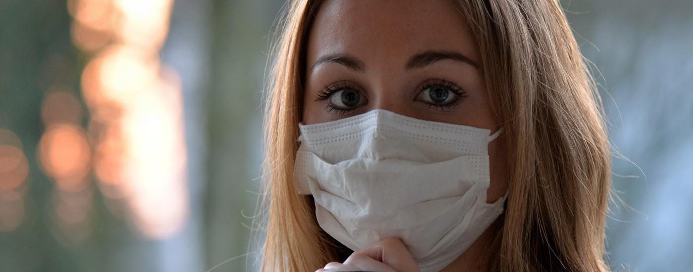Junge Frau mit Atemschutzmaske
